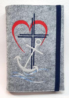 """Stickmotiv """"Glaube Liebe Hoffnung"""" mit Welle auf hellgrau-meliertem Filz in rot-marine-silber, Gummi marine"""