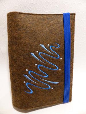 Stickmotiv Wasser in blau und Gummi in royal auf braun-meliertem Filz