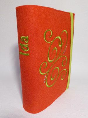 Stickmotiv Ranke in apfelgrün mit Gummi in apfelgrün auf rotem Filz, Schriftart AR Cena