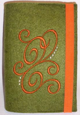 Stickmotiv Ranke in orange mit Gummi in orange auf grün-meliertem Filz