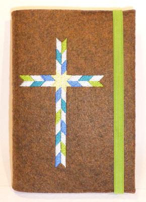 Stickmotiv Rauten in blau-türkis-grün-hellblau mit Gummi in apfelgrün auf Filz in braun-meliert