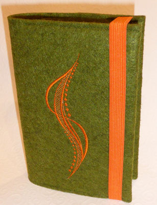 Stickmotiv Welle in orange mit Gummi in orange auf Filz in grün-meliert