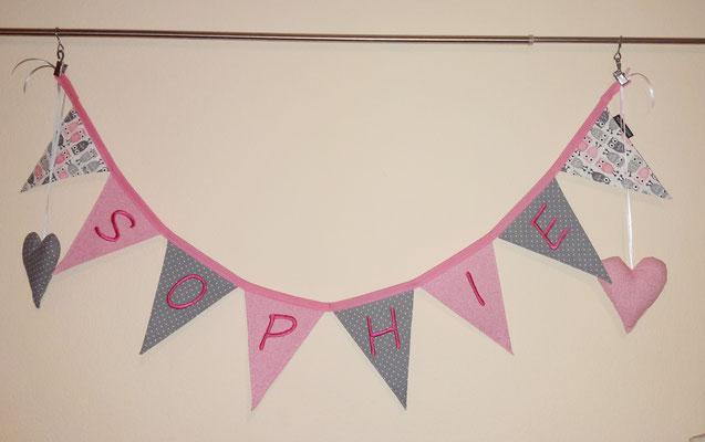 Wimpelkette als Deko fürs Kinderzimmer, z.B. an die Vorhangstange, Wand oder Tür. Preis auf Anfrage (abhängig von Namenslänge),  Buchstaben werden geplottet.