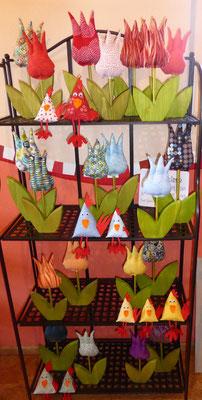 ...Frühlingshaftes: Tulpen aus Stoff und Holz und Hühner als Kantenhocker...