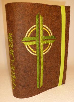 Stickmotiv Kreuz in apfelgrün und Gummi in apfelgrün auf braun-meliertem Filz, Schriftart Saginaw