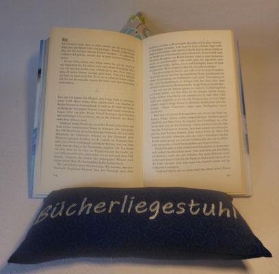 Bücherliegestuhl hält beim Lesen die Seiten fest...