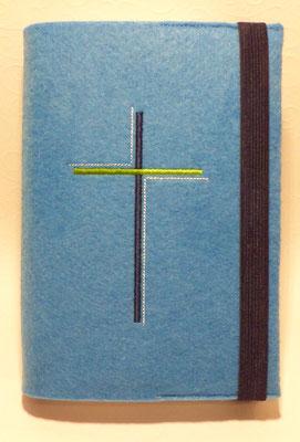 Stickmotiv Dreifarbiges Kreuz in marine-grün-hellblau auf Filz in mittelblau(Stickdatei: Rock-Queen)