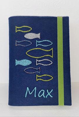 Stickmotiv Fische in grün-helltürkis-silber auf Filz in dunkelblau, Gummi grün, Schriftart Segoe Print