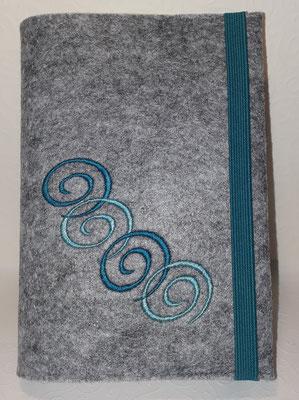 Stickmotiv Spiralkette in türkis-mint auf Filz in hellgrau-meliert