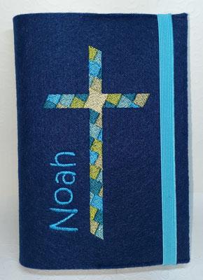Stickmotiv Mosaikkreuz in türkis-mittelblau-grün auf Filz in dunkelblau