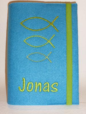 Stickmotiv Fische groß-klein in apfelgrün auf Filz in mittelblau, Schriftart AR Cena (Stickdatei von Taera-DIY)
