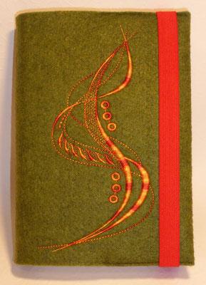 Stickmotiv breite Welle in Farbverlaufsgarn orange-rot auf grün-meliertem Filz