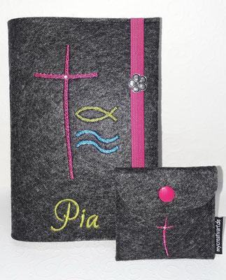 """Stickmotiv """"Bogenkreuz, Fisch, Wasser"""" in pink-grün blau auf Filz in dunkelgrau-meliert und Gummi in pink, Metalldeko Z und passendem Rosenkranztäschchen"""