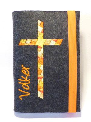 Stickmotiv Mosaik-Kreuz in orange-gelb mit Gummi orange auf Filz in anthrazit mit Schriftart Angelina (fett)