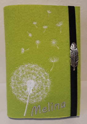 Stickmotiv Pusteblume uni in weiß auf Filz in pistazie (Stickdatei von Rock-Queen), Schrift silber, Gummi dunkellila, Metalldeko B