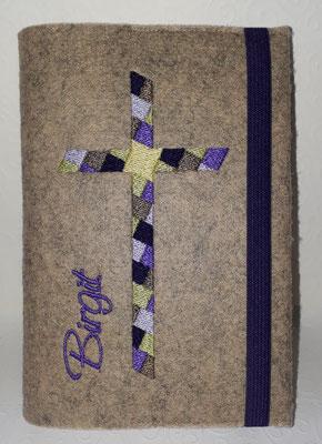 Stickmotiv Mosaikkreuz in lila-grün-taupe auf Filz in natur meliert, Gummi in dunkellila, Schriftart Saginaw
