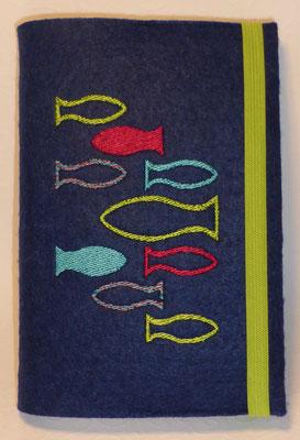 Stickmotiv Fische in türkis-grün-hortensie auf Filz in nachtblau, Gummi grün