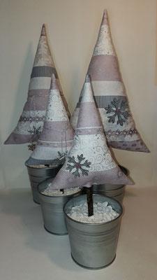 Weihnachtsbäume in altrose-silber mit Schneesternen...