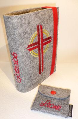 Stickmotiv Kreuz in rot-gelb mit Gummi in rot auf Filz in hellgrau-meliert und passendem Rosenkranztäschchen, Schriftart Saginaw