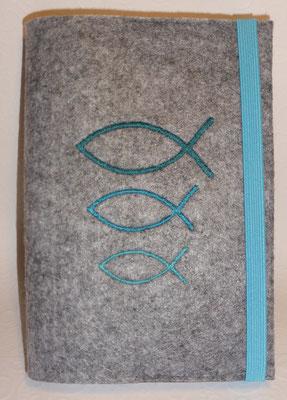 Stickmotiv Fische groß-klein in petrol-türkis mit Gummi türkis auf hellgrau-meliertem Filz (Stickdatei von Taera-DIY)
