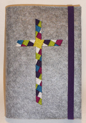 Stickmotiv Mosaik-Kreuz in lila-türkis-pink-grün mit Gummi in lila auf Filz in grau-meliert