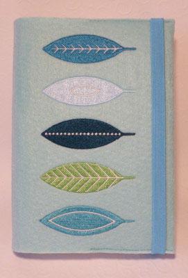 Stickmotiv Blätter in türkisen Farbtönen auf Filz in pastell-türkis