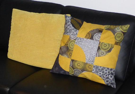 Nur das rechte Kissen (50 x 50 cm) habe ich genäht, farblich passend zum vorhandenen Kissen (Stoffe tlw. vergriffen)