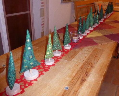 Beispielfoto für einen dekorierten Tisch (abgebildete Stoffe sind vergriffen), z.B. für eine Weihnachtsfeier. Vielleicht dürfen die Gäste dann einen mitnehmen?