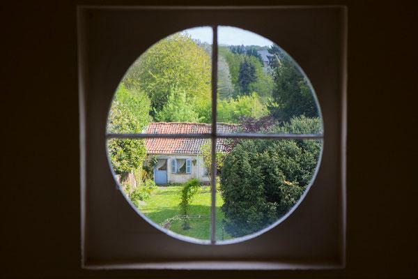 en montant les escaliers - vue sur le jardin - au fond l'ancienne écurie