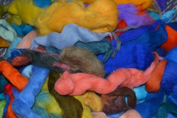 Aus vielen kleinen Resten Merinowolle ein paar Farben (grün, orange und violette Töne) ausgewählt