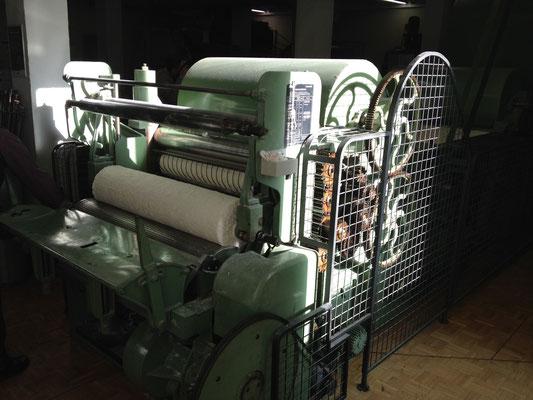 Diese Maschine verarbeitet die Fasern zu einem Vlies