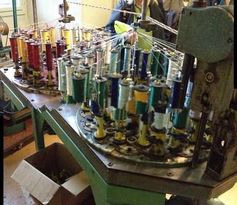 Mit dieser Maschine werden Bänder  und Schnüre hergestellt