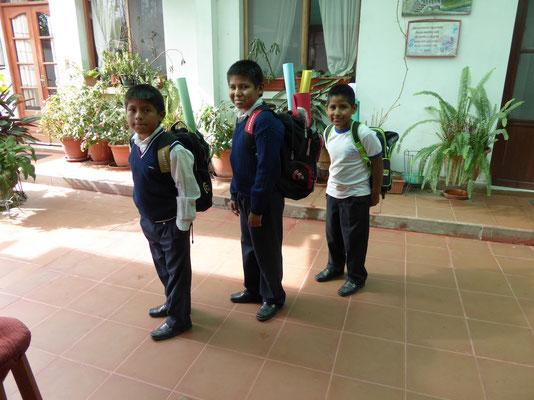 ausgerüstet mit Schulmaterial in den ersten Schultag