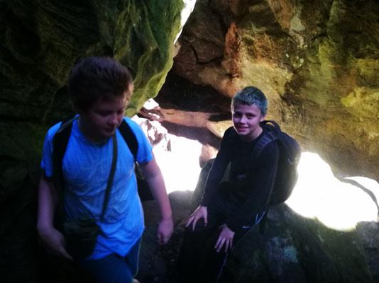 Scouts vor der Höhle