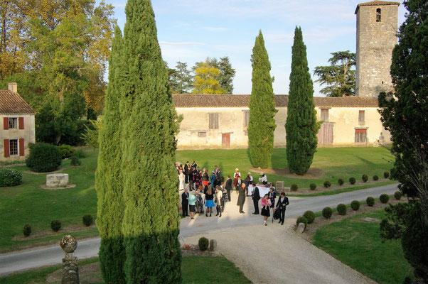 Arrivée d'un mariage par la Grande Entrée du Château de Poudenas