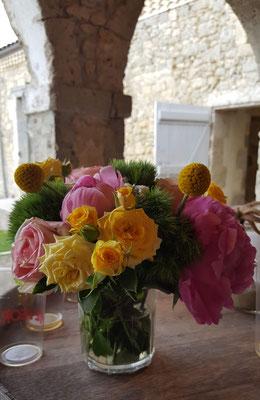 Décoration florale sur tonneau pour un mariage au Château La Hitte en Lot-et-Garonne