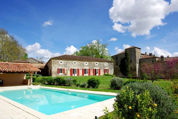 Piscine et jardin au Bastion du Château de Poudenas en Lot-et-Garonne
