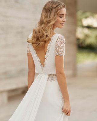Zart fließendes Brautkleid mit extra langer Schleppe.