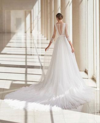 Brautkleid im Vintage-Stil, Rock aus Softtüll mit langer Schleppe. Oberteil mit langen Ärmeln und Pünktchen-Tüll.
