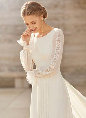 Dieses Brautkleid der Rosa Clara Couture Kollektion bekommst Du nur in unserem Brautmodengeschäft in Dresden.