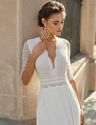 Schmales A-Linien Brautkleid mit langen Ärmeln aus zarter Spitze.