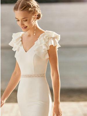 Zart fließendes Brautkleid. Du wirst es auf Deiner Haut lieben. Süße Volants an den Schultern.