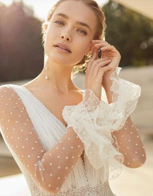 Brautkleid aus zartem Pünktchen-Tüll mit süßen Volants an den Ärmelchen. Feinste Detail wohin das Auge reicht.
