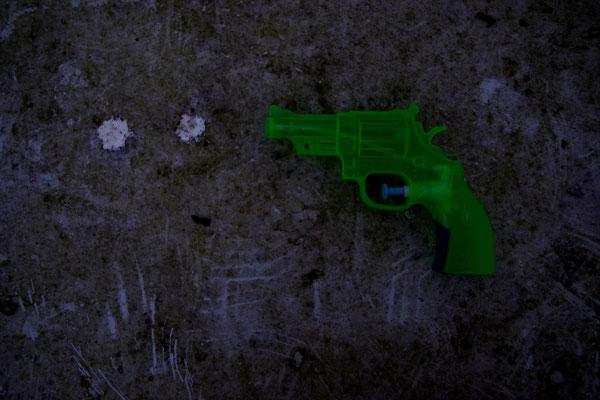wasserpistole grün plastik dreck tisch gelb