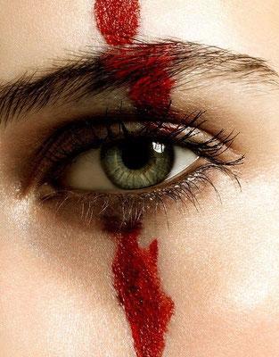 auge roter strich maske weiblich