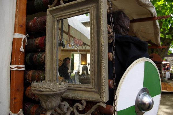 Mittelaltermarkt Spiegel Gewandung Rundschild Ware Stände