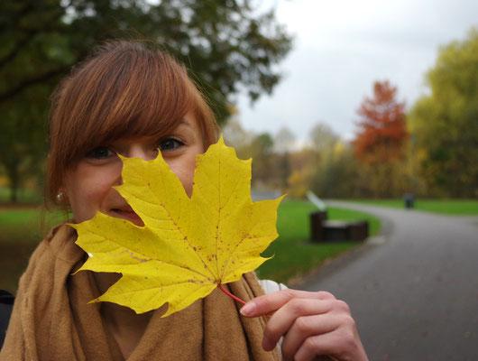 Gießen herbst strahlende Farben Herbstblatt blaue Augen Schwanenteich