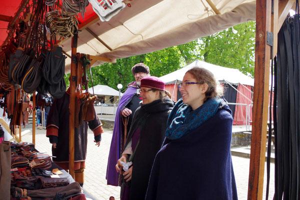 Mittelaltermarkt Auslage Gewandung