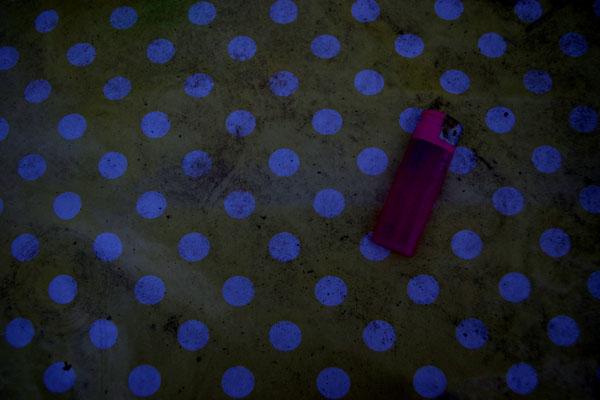 tischdecke wachsdecke pünktchen gelb weiß rosa pink feuerzeug alt dreckig