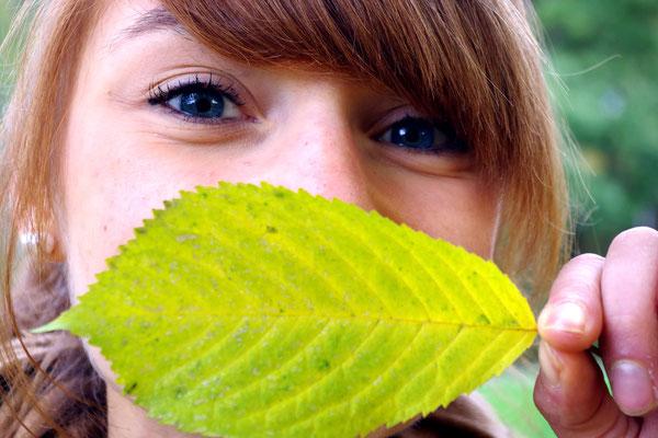 Gießen herbst strahlende Farben Herbstblatt blaue Augen